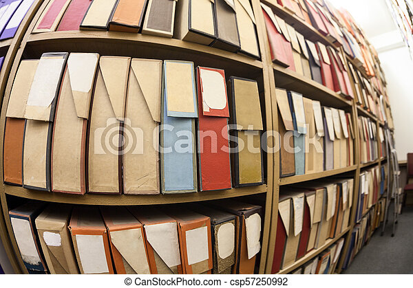 Cajas de cartón para documentos de papel, documentación y registros en los archivos - csp57250992