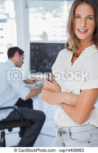 Linda editora fotográfica con brazos cruzados - csp14406963