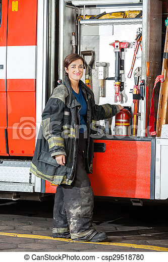 Bombero sonriente en la estación de bomberos - csp29518780