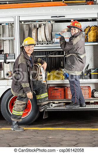 Bomberos felices en la estación de bomberos - csp36142058