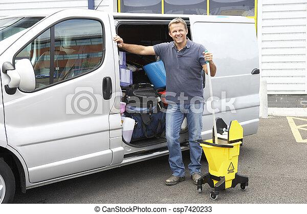Más limpia al lado de la camioneta - csp7420233