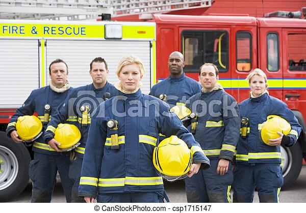 Seis bomberos parados junto al motor de fuego - csp1715147