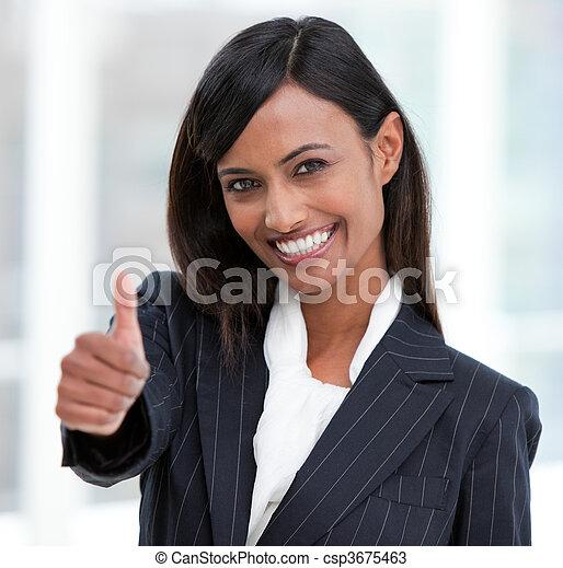 Mujer de negocios alegre con el pulgar en pie - csp3675463