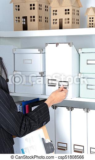 Retrato de una mujer de negocios parada en el cargo con carpeta - csp51808566
