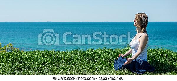 Una mujer parada en la playa - csp37495490