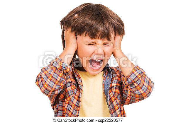 Furioso niñito. Niño frustrado gritando y sosteniendo la cabeza en las manos mientras estaba aislado en blanco - csp22220577