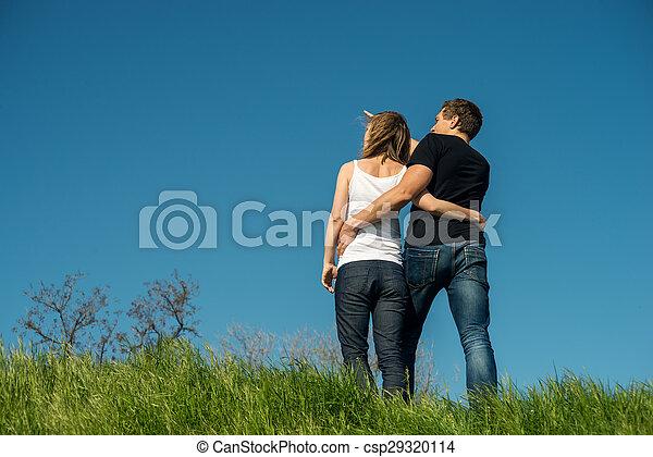 Una pareja joven parada en una playa - csp29320114