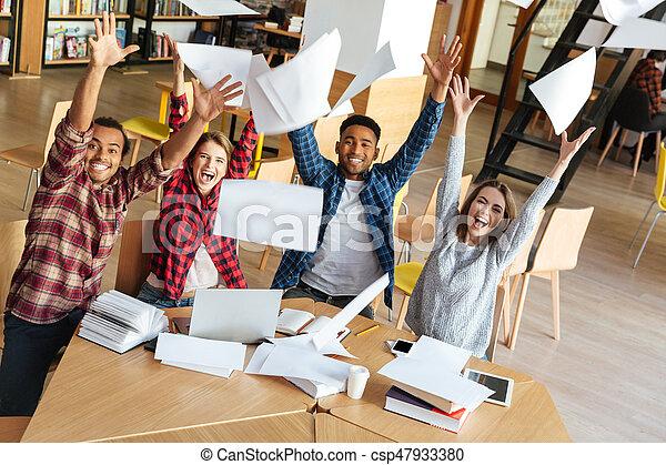 posiedzenie, studenci, paper., do góry, biblioteka, rzucić, szczęśliwy - csp47933380