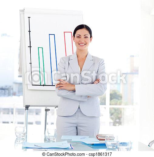 Positive Geschäftsfrau bei einer Präsentation - csp1861317