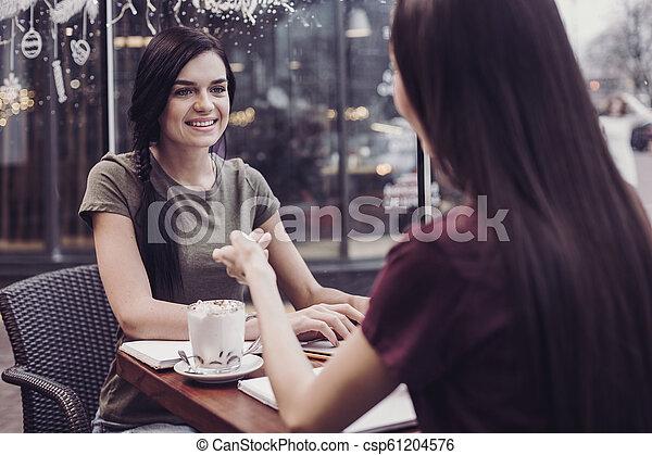 Muchachas encantadas reuniéndose en el café - csp61204576