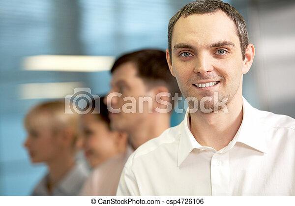 Un hombre de negocios positivo - csp4726106