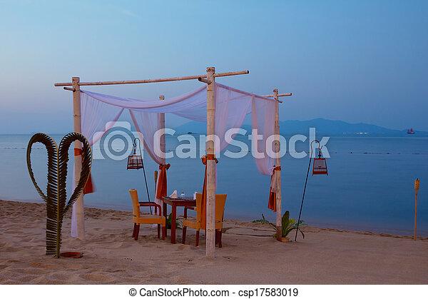 Mesa romántica puesta en la playa al atardecer - csp17583019
