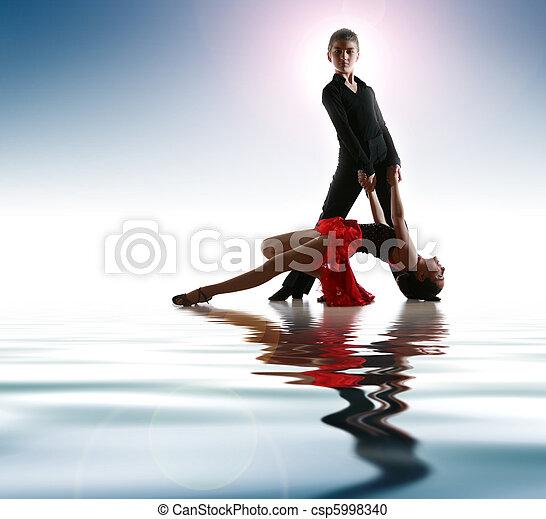 Jóvenes bailarines en pose de baile latino - csp5998340