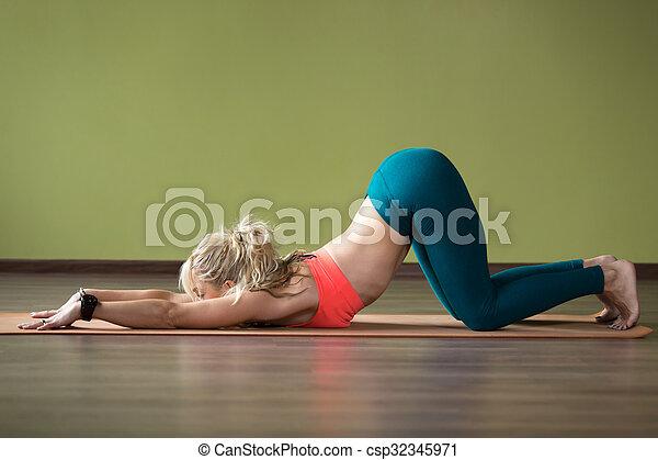 pose de yoga ashtanga namaskarasana una joven rubia