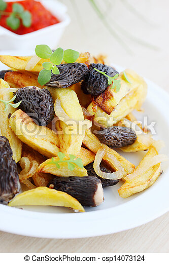 potatoes with mushrooms and onions - csp14073124