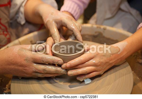 potter's, wheel., stvořit, národ, ohnisko, dva, tradiční, ruce, učení, crafts., hrnec, hands. - csp5722381