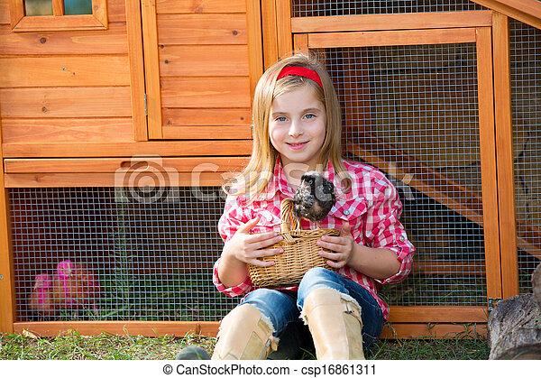 poussins, hencoop, jouer, éleveur, blonds, paysan, propriétaire ranch, poulet, poules, girl, gosse - csp16861311