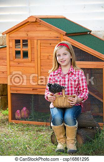 poussins, hencoop, jouer, éleveur, blonds, paysan, propriétaire ranch, poulet, poules, girl, gosse - csp16861295