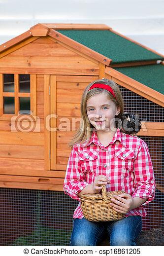 poussins, mue, jouer, éleveur, blonds, paysan, propriétaire ranch, poulet, poules, girl, tracteur, gosse - csp16861205