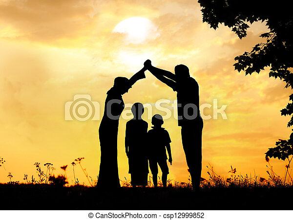 pré, groupe, silhouette, coucher soleil, été, jouer, enfants, heureux - csp12999852