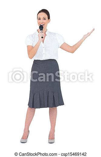 présentateur, microphone, énergique, tenue - csp15469142