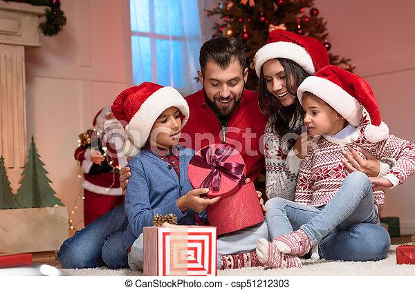présente, noël, famille - csp51212303