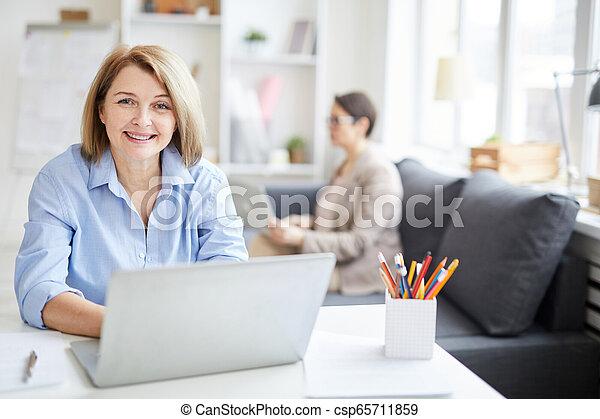 praca, cieszący się, kobieta, dorosły, biuro - csp65711859
