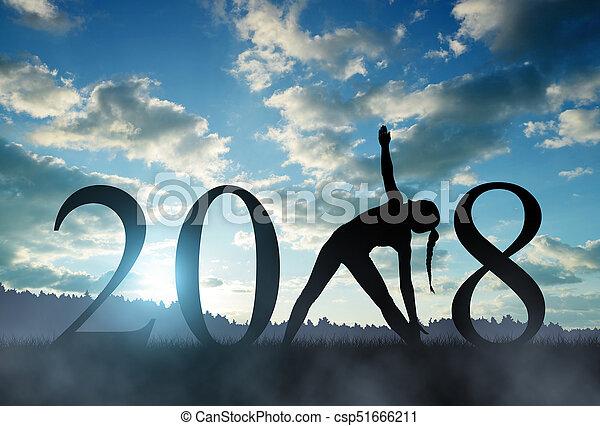 Chica practicando yoga en Año Nuevo 2018 - csp51666211