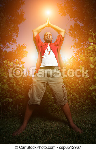 Hombre afroamericano practicando yoga al aire libre - csp6512967