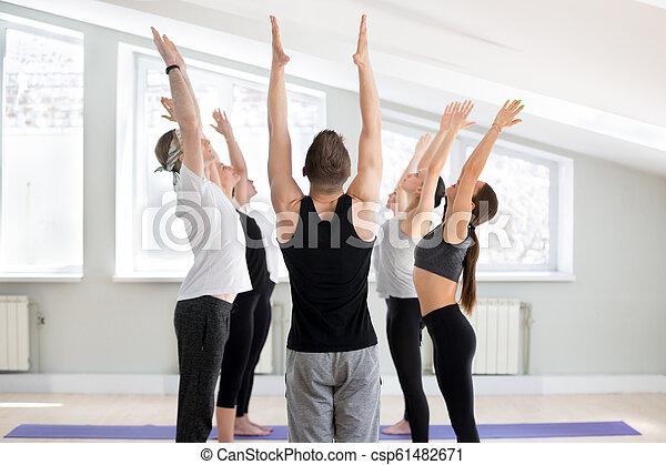 grupo de jóvenes deportistas practicando la lección de
