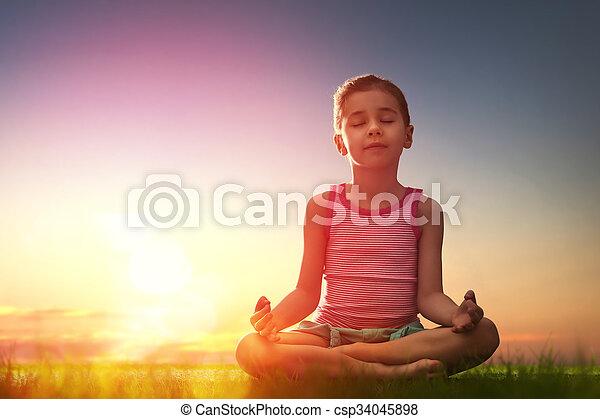 La chica está practicando yoga - csp34045898