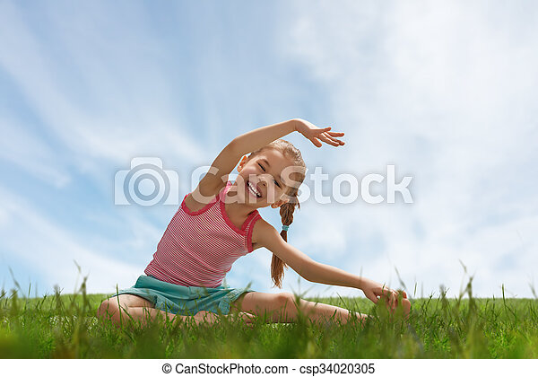 Niño practicando yoga - csp34020305