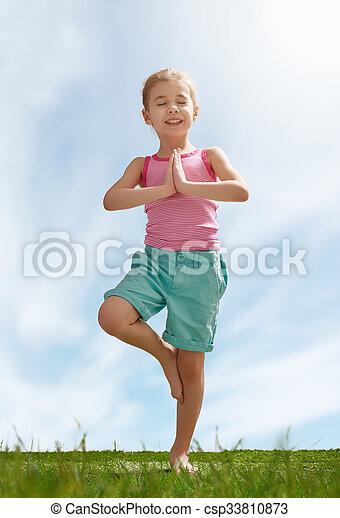Niño practicando yoga - csp33810873