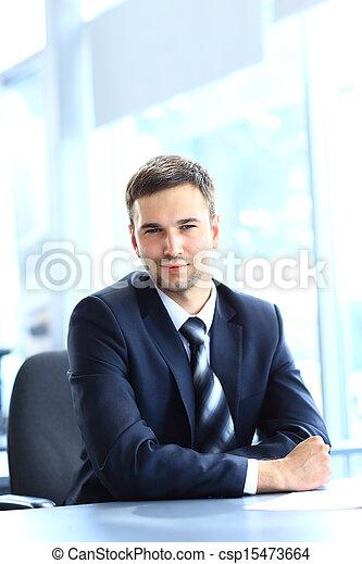 pracujący, posiedzenie, biuro, młody, biurko, biznesmen - csp15473664