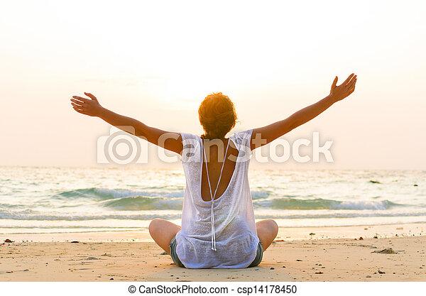 praia, amanhecer, sentando - csp14178450