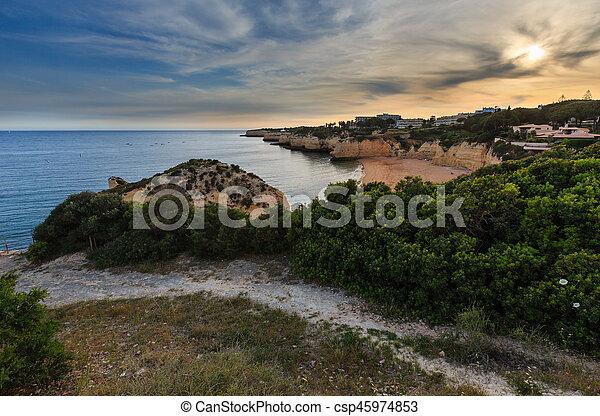 Praia da Cova Redonda(Lagoa, Portugal). - csp45974853