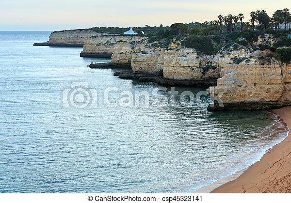 Praia da Cova Redonda(Lagoa, Portugal). - csp45323141