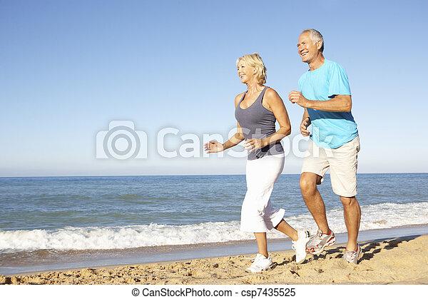 praia, par, executando, condicão física, sênior, roupa, ao longo - csp7435525