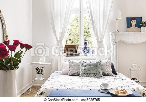 Prawdziwy Drapuje Poduszki Fotografia Afisz Okno Roses łóżko Nad Sypialnia Wewnętrzny Biały