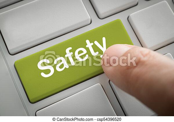 Los dedos de empresario presionan el botón de seguridad - csp54396520