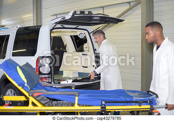 Preparando la ambulancia - csp43279785
