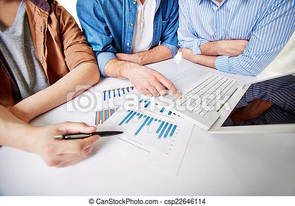 Preparando el informe - csp22646114