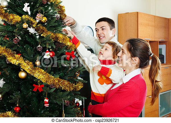 Familia preparándose para Navidad - csp23926721