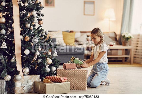 preparando, niña, poco, navidad - csp75060183
