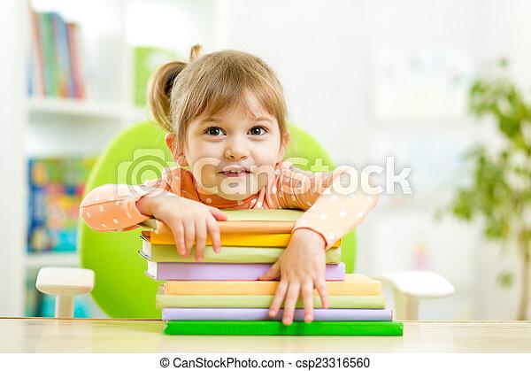 preschooler, mignon, girl, livres, enfant - csp23316560