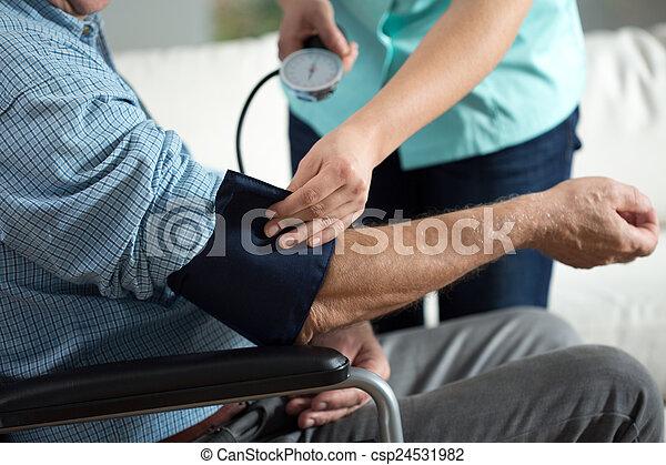 Evaluación de la presión sanguínea - csp24531982