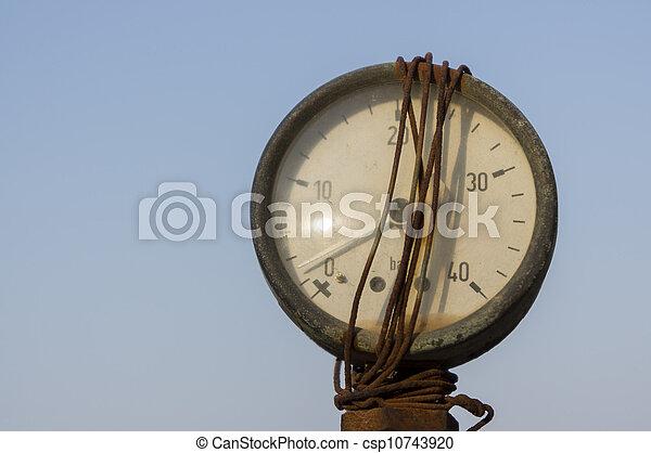 El viejo medidor de presión se cierra - csp10743920