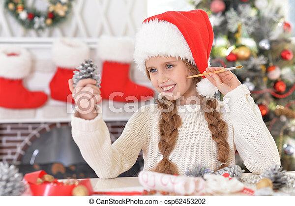 Retrato de la feliz chica preadolescente preparándose para Navidad - csp62453202