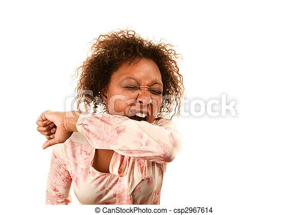 La mujer estornudando en la manga para evitar que se propaguen las enfermedades - csp2967614