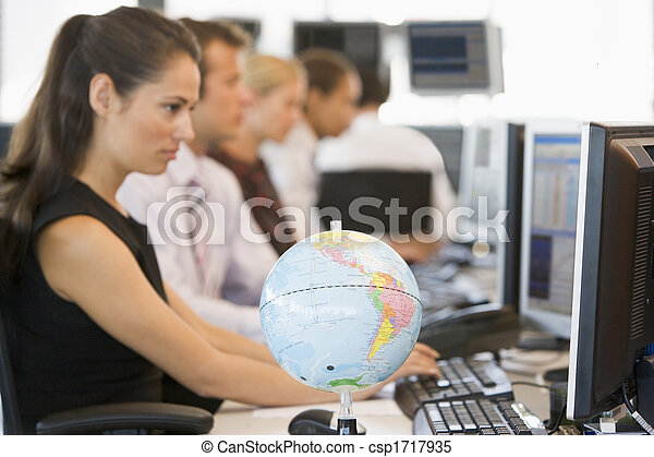 primeiro plano, espaço escritório, globo, businesspeople, cinco, escrivaninha - csp1717935